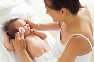 протирание тела малыша маслом