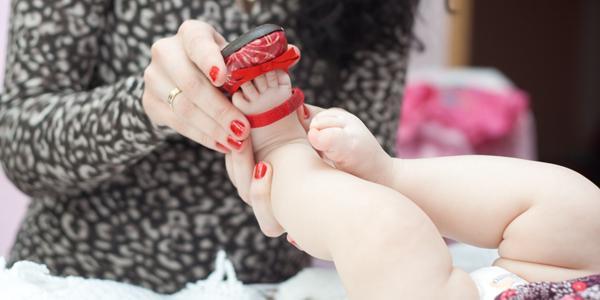 Когда одевать обувь ребенку