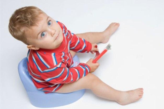 До скольки месяцев ребенок боится своих рук