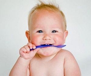 учим малыша кушать ложкой