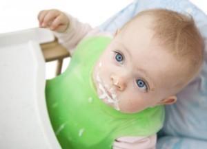 почему срыгивает малыш после кормления грудью