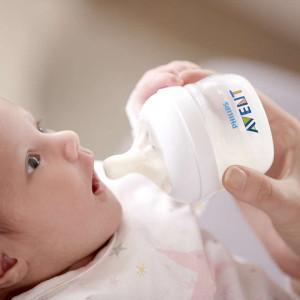 кормление малыша из бутылочки авент