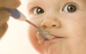 сколько смеси кушает новорождённый