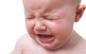 Поводы плача малыша во время кормления