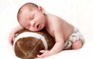 Сон младенца на боку: вред или польза