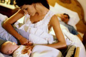 Новорожденный ребенок не спит