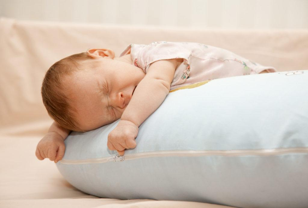 Новорожденных нельзя подушку