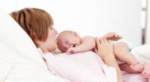 Почему плачет новорождённый дёргая ножками