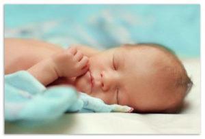 Ребёнок закидывает голову назад, когда спит: опасность или норма поведения