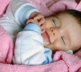 Новорожденный ребенок беспокойно спит