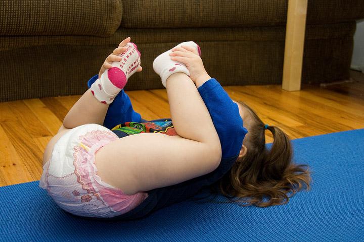 Little girl pooping diaper - f6fe.