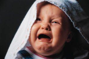 Месячный ребенок постоянно плачет и не спит
