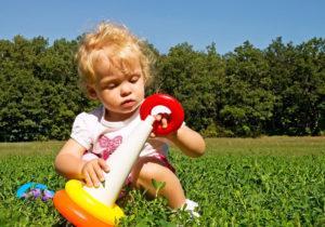 девочка играет на природе