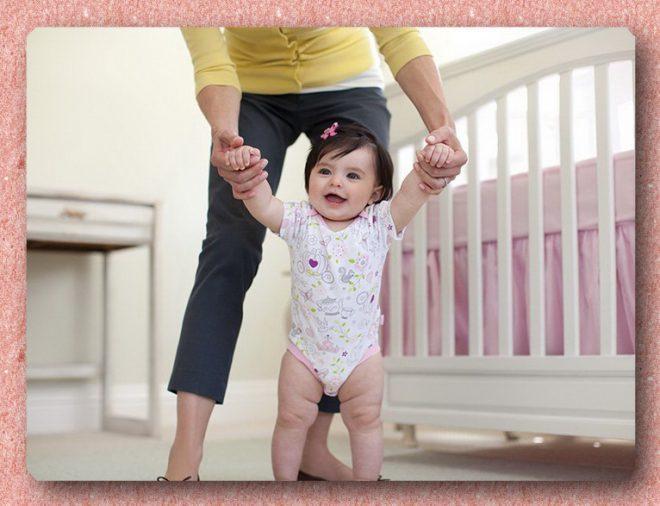 Мама учит девочку ходить