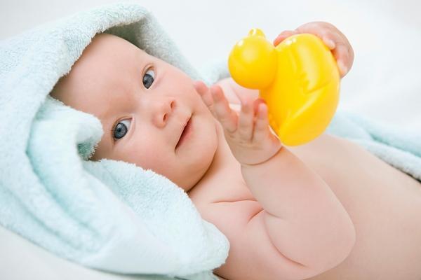 Младенец в 4 месяца улыбается