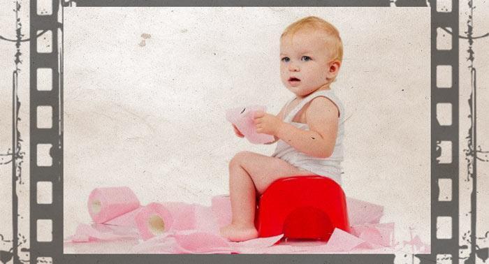 Годовалый ребенок на красном горшке