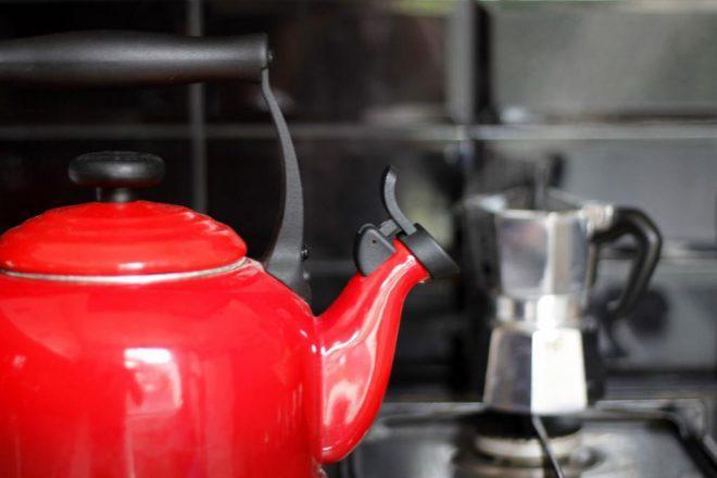 Обработка бутылочек паром из чайника