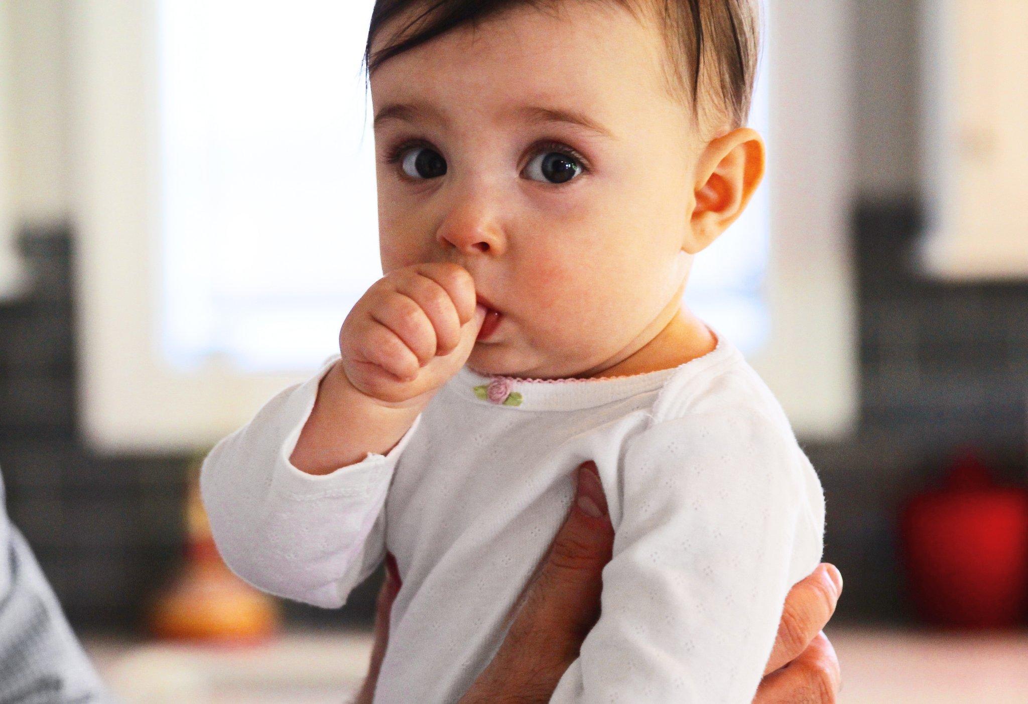 Отучаем малыша сосать палец