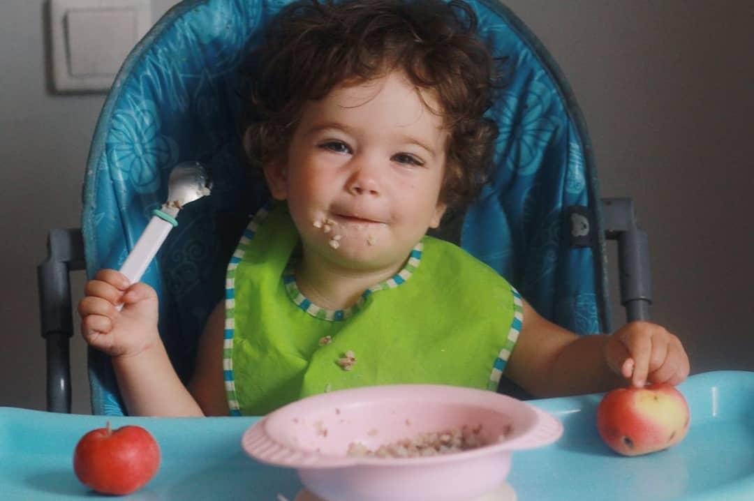 Ребенок ест самостоятельно
