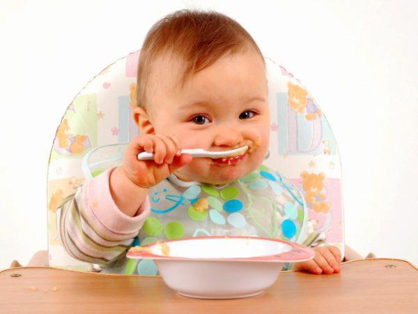 Малыш ест ложкой самостоятельно