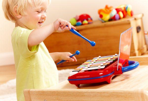 Малыш играет на металлофоне