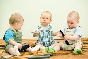 Годовалые малыши играют