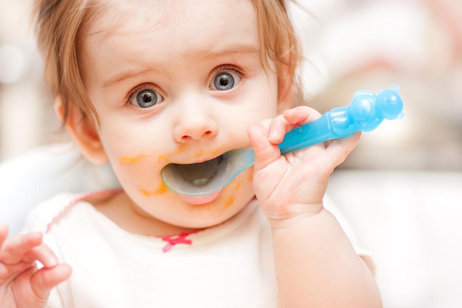 Малышка кушает ложкой сама