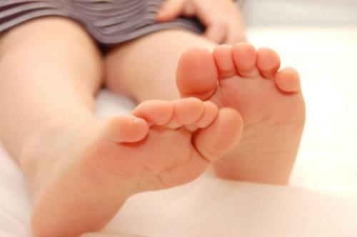 Чем опасна аллергия у ребёнка на ногах