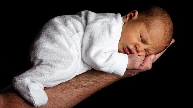 Как помочь новорождённому при насморке