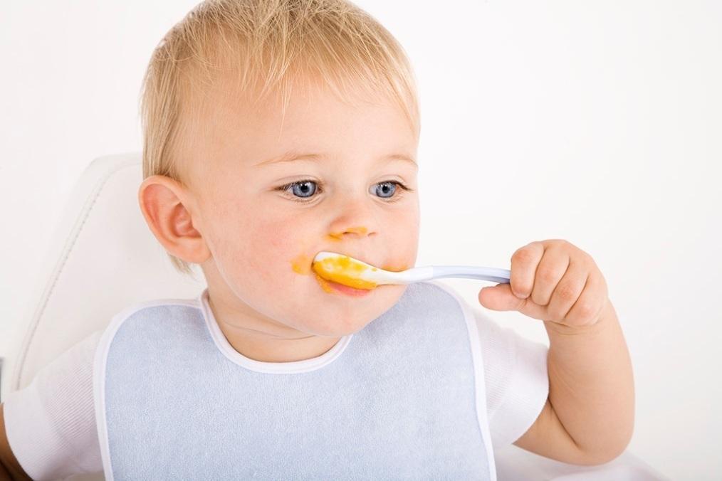 Малыш учиться есть ложкой