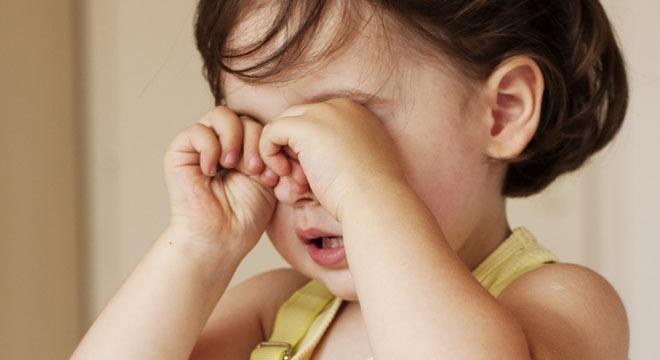 Ребенок трет глазки