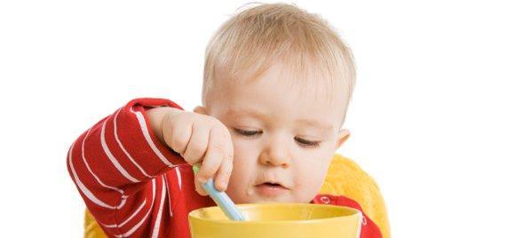 Малыш ест самостоятельно
