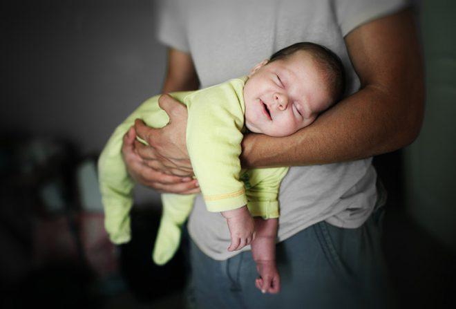 как приучить ребенка спать без пеленания