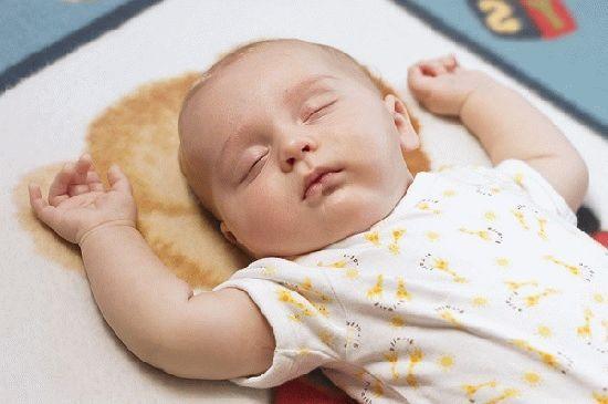 Если новорождённый спит на спине