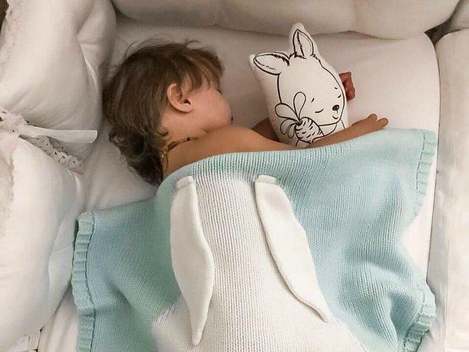 spit v svoey krovatke