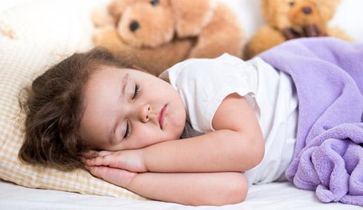 Самостоятельно засыпает малышка