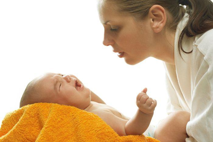 Малыш тужится и плачет