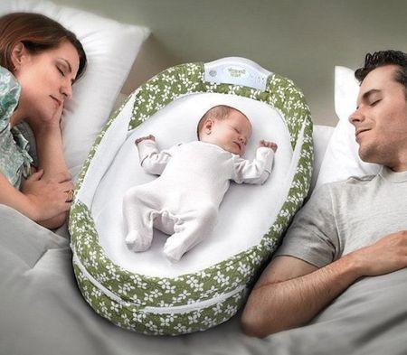 Новорожденный спит с родителями