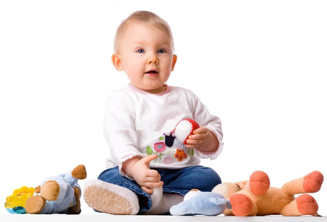 ребенок 7 месяцев играет