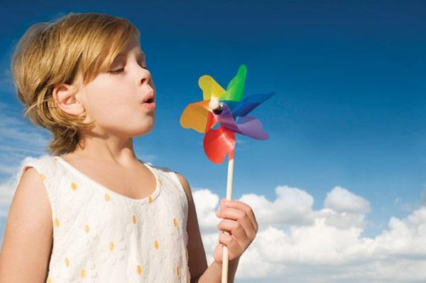 Девочка дует на игрушку - проверка силы выдоха