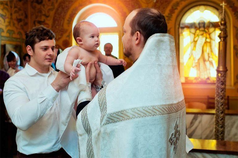 Церемония при проведении обряда крещения ребенка в церкви