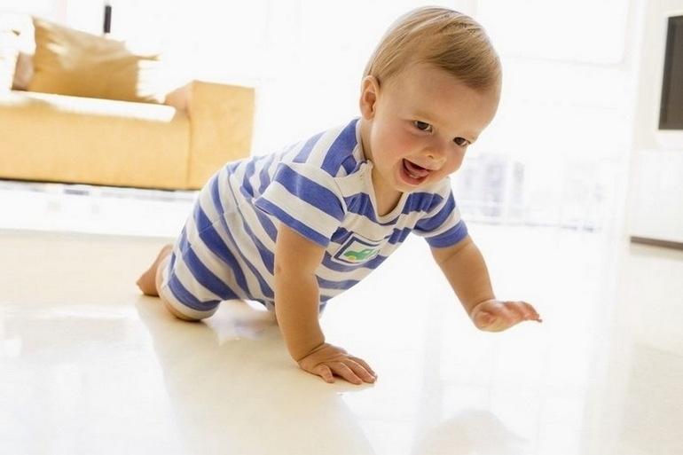 Когда новорожденный ребенок начинает ползать и сидеть