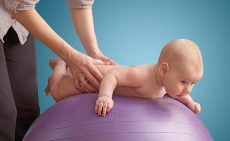 Фитбол: веселая гимнастика и массаж с мячом для грудничков