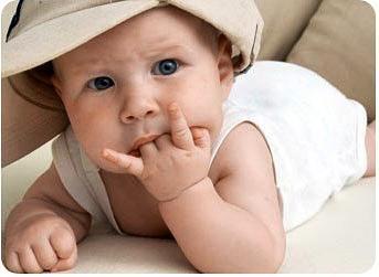 Ребенок сосет пальцы
