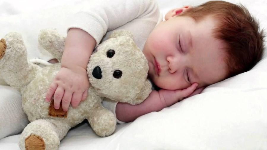 2 летний малыш спит с игрушкой