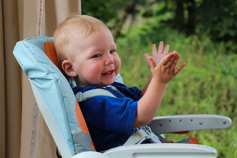 Малыш играет в ладушки-ладушки