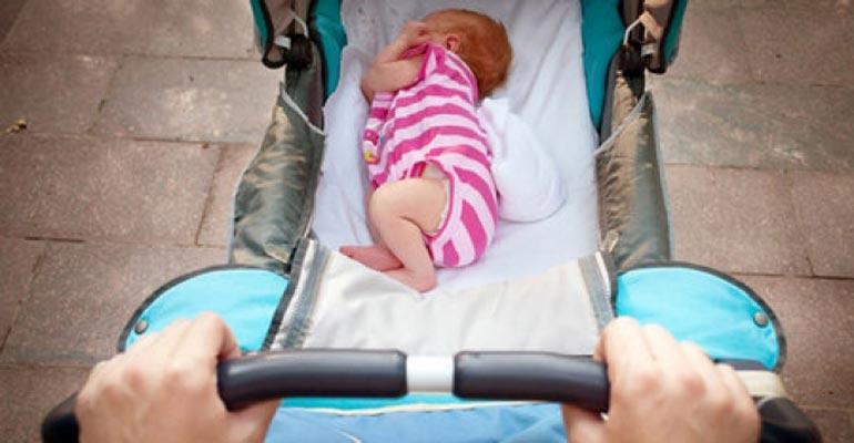 Новорожденный спит в коляске