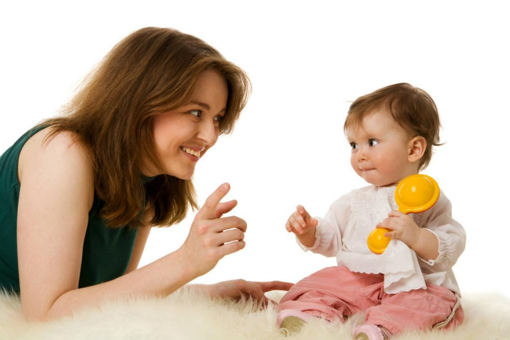 мама рассказывает ребенку потешку про олнышко