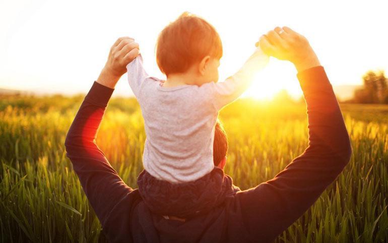 Папа с сыном провожают солнце